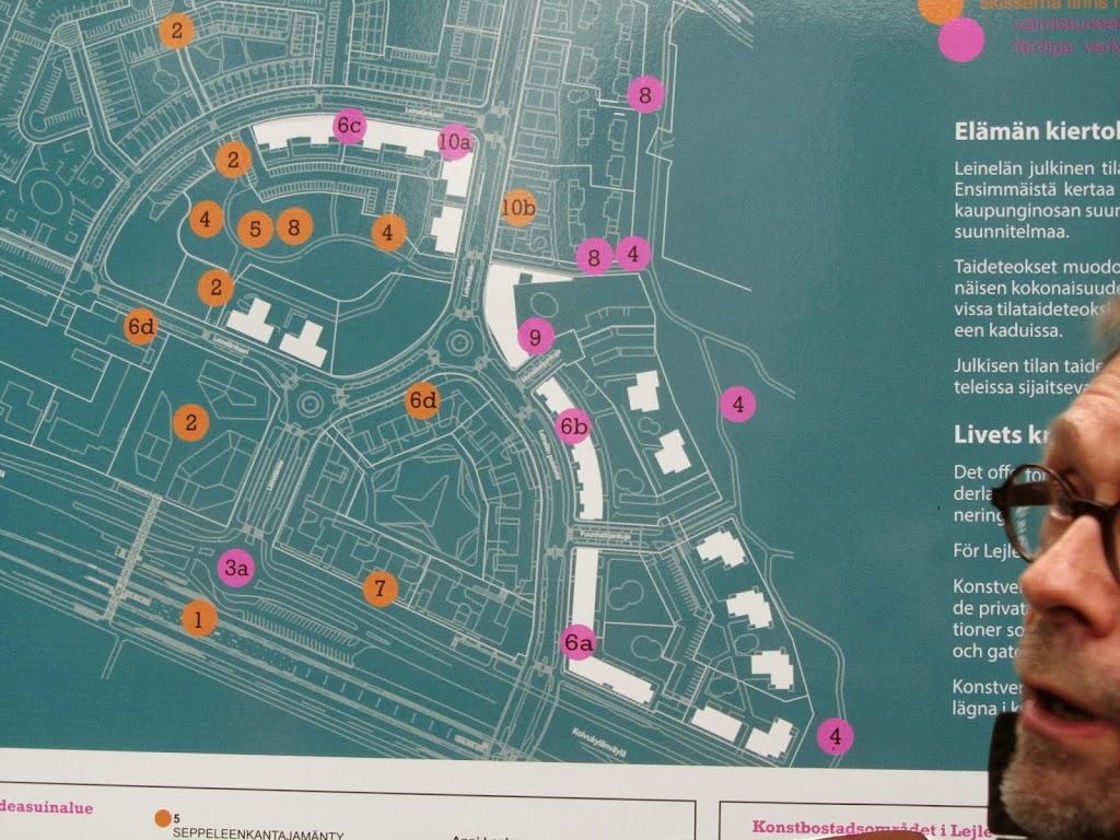 Puistossa oli esillä Leinelän suunnitelma. Ympyrät merkitsevät tulevia/jo toteutettuja taideteoksia.