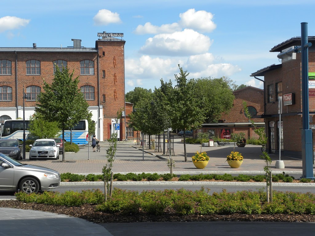 Kaupungintalo on rakennettu entiseen villatehtaaseen.