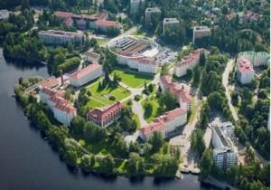 Kuva 1.  Ilmakuva Koukkuniemen alueesta. Ravinto- ja huoltokeskus on ympyröity. Lentokuva Vallas Oy/ Hannu Vallas.